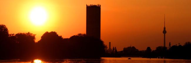 Sonnenuntergang_neben_Allianztower_vom_Plänterwald_aus